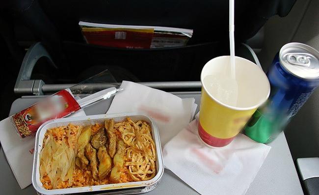 Từ trường hợp em bé bị bỏng vì ăn mì trên máy bay, lưu ý các món tuyệt đối không ăn khi cho trẻ đi du lịch - Ảnh 11.