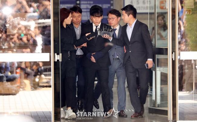 NÓNG: Seungri chính thức bị còng tay và trói chặt bằng dây thừng, chồng nữ diễn viên Park Han Byul lộ mặt - Ảnh 1.