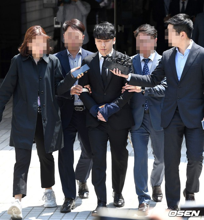 NÓNG: Seungri chính thức bị còng tay và trói chặt bằng dây thừng, chồng nữ diễn viên Park Han Byul lộ mặt - Ảnh 2.