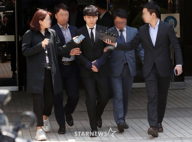 NÓNG: Seungri chính thức bị còng tay và trói chặt bằng dây thừng, chồng nữ diễn viên Park Han Byul lộ mặt - Ảnh 3.