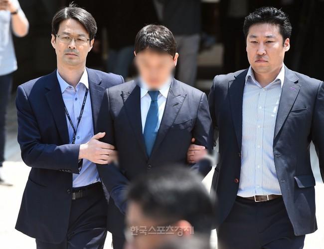 NÓNG: Seungri chính thức bị còng tay và trói chặt bằng dây thừng, chồng nữ diễn viên Park Han Byul lộ mặt - Ảnh 8.