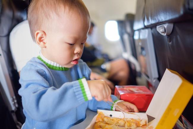 Từ trường hợp em bé bị bỏng vì ăn mì trên máy bay, lưu ý các món tuyệt đối không ăn khi cho trẻ đi du lịch - Ảnh 3.