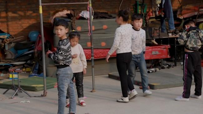 Những đứa trẻ kiếm sống bằng nghề nhào lộn ở Trung Quốc: Không gia đình, không được đến trường nhưng không thôi hy vọng  - Ảnh 5.