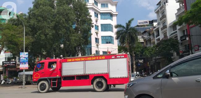 Hà Nội: Khu phố hoảng loạn vì đám cháy bất ngờ, nghi do chập điện trong ngôi nhà không có người ở - Ảnh 6.