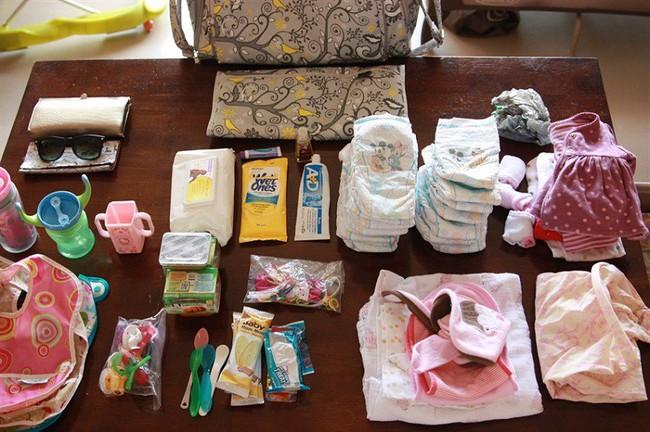 Cho con đi du lịch xa cần chuẩn bị những đồ dùng gì? Tham khảo ngay gợi ý của Minh Hà bà xã Lý Hải và mẹ Thùy Dương - Ảnh 2.