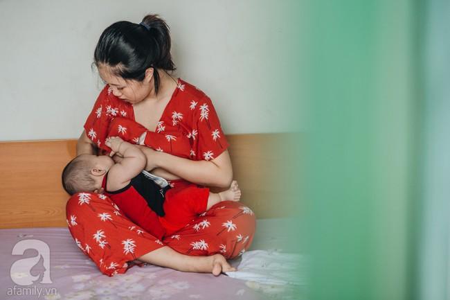 Một ngày bận rộn nhưng đong đầy yêu thương của mẹ và em bé sơ sinh  - Ảnh 5.