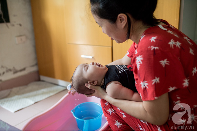 Một ngày bận rộn nhưng đong đầy yêu thương của mẹ và em bé sơ sinh  - Ảnh 9.