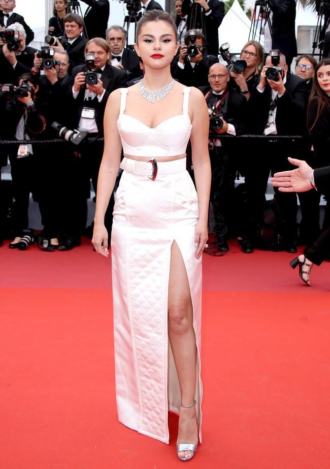 Thảm đỏ Cannes 2019: Selena khoe vòng 1 khủng, chân dài Thái Lan lại nổi bần bật nhờ váy lạ - Ảnh 1.