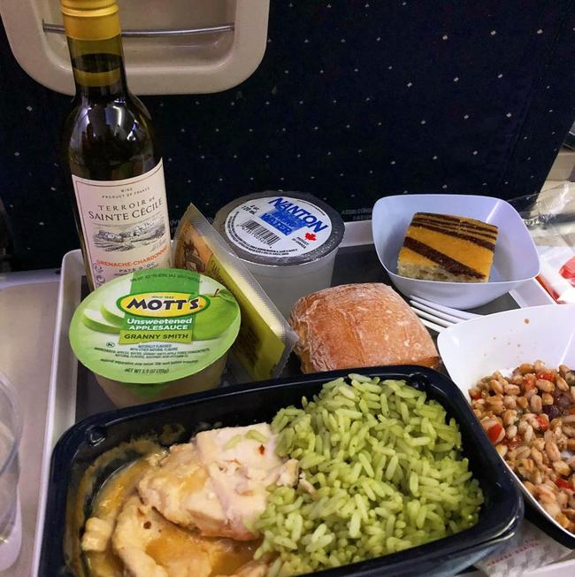 Dạo một vòng xem món ăn trên máy bay của các nước, Việt Nam phục vụ mì Ý trong khi Mỹ, Pháp phục vụ cơm - Ảnh 1.