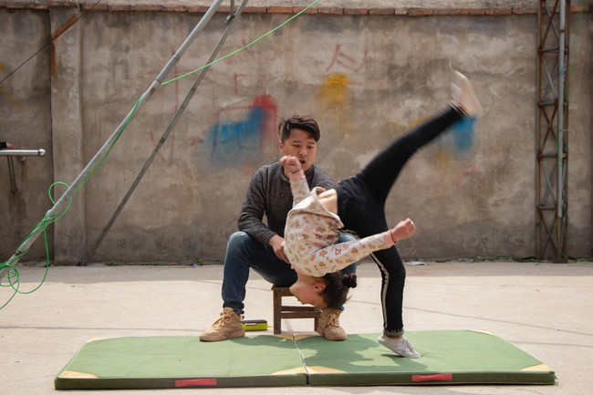 Những đứa trẻ kiếm sống bằng nghề nhào lộn ở Trung Quốc: Không gia đình, không được đến trường nhưng không thôi hy vọng  - Ảnh 2.