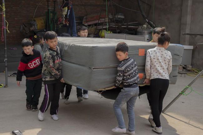 Những đứa trẻ kiếm sống bằng nghề nhào lộn ở Trung Quốc: Không gia đình, không được đến trường nhưng không thôi hy vọng  - Ảnh 3.