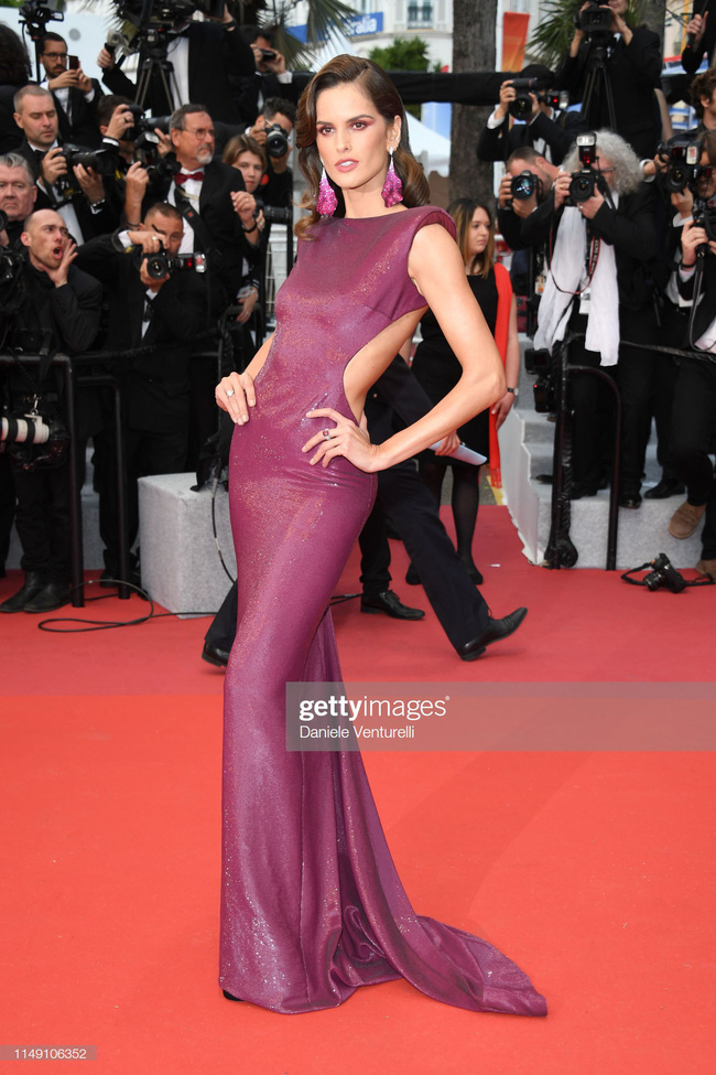Thảm đỏ Cannes 2019: Selena khoe vòng 1 khủng, chân dài Thái Lan lại nổi bần bật nhờ váy lạ - Ảnh 8.