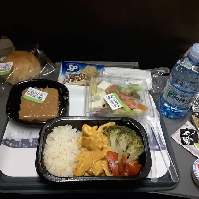 Dạo một vòng xem món ăn trên máy bay của các nước, Việt Nam phục vụ mì Ý trong khi Mỹ, Pháp phục vụ cơm - Ảnh 2.