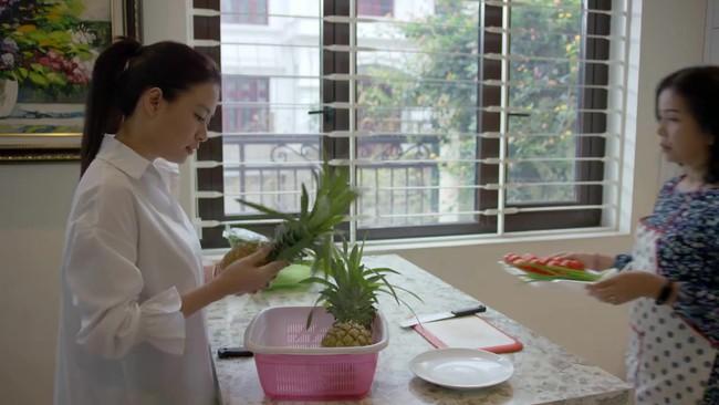 Xem ngay clip này để biết đẳng cấp dâu đảm Hoàng Thùy Linh: Bổ dứa như chặt dừa từ phim ra đời thực! - Ảnh 2.