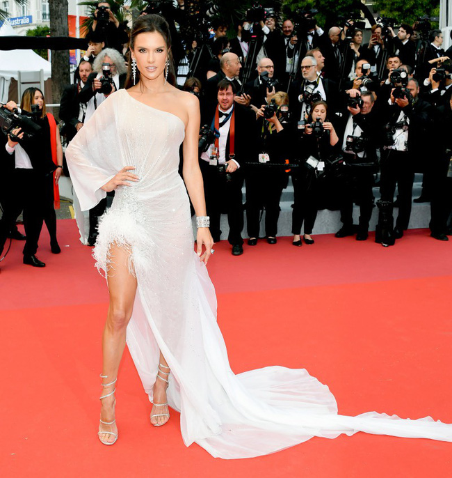 Thảm đỏ Cannes 2019: Selena khoe vòng 1 khủng, chân dài Thái Lan lại nổi bần bật nhờ váy lạ - Ảnh 11.