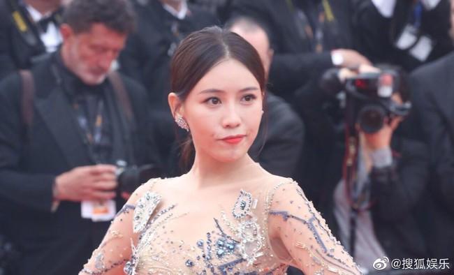 Bị đuổi khỏi thảm đỏ Cannes, cung nữ của Cao Quý Phi trong Diên Hi Công Lược vẫn chây lì tạo dáng - Ảnh 2.