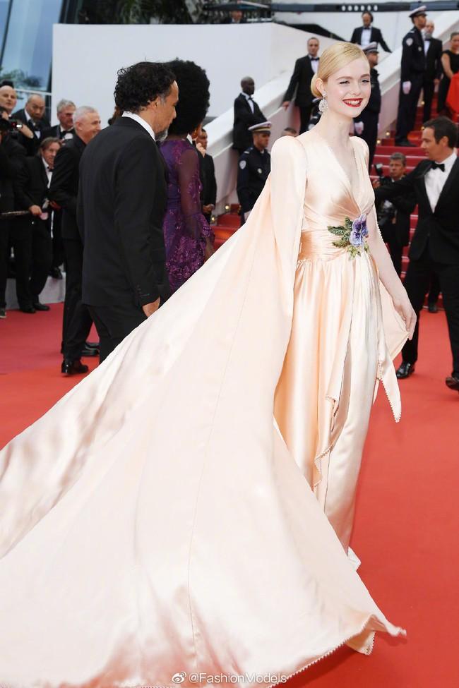 Thảm đỏ Cannes 2019: Selena khoe vòng 1 khủng, chân dài Thái Lan lại nổi bần bật nhờ váy lạ - Ảnh 6.