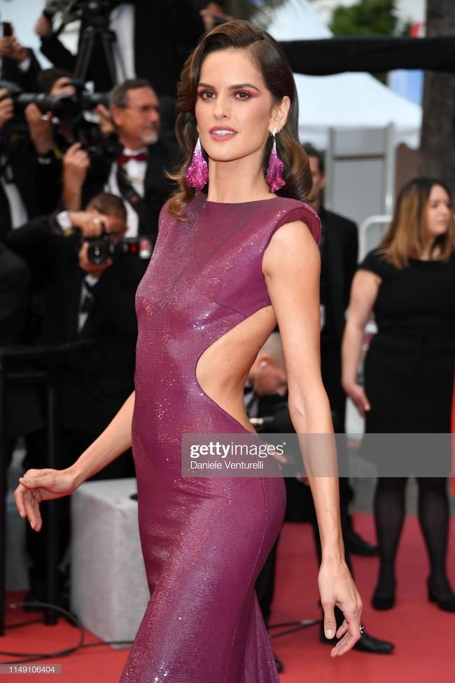 Thảm đỏ Cannes 2019: Selena khoe vòng 1 khủng, chân dài Thái Lan lại nổi bần bật nhờ váy lạ - Ảnh 7.