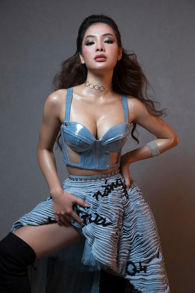 Hờ hững thả rông ngực trần, Phương Trinh Jolie thách thức mọi giới hạn sexy - Ảnh 4.