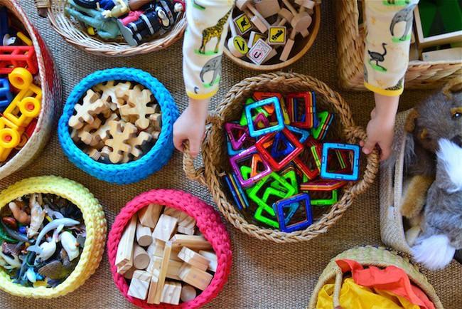 Không cần hò hét con dọn dẹp đồ sau khi chơi, làm theo cách của giáo viên Montessori dưới đây sẽ thấy hiệu quả tức thì - Ảnh 2.