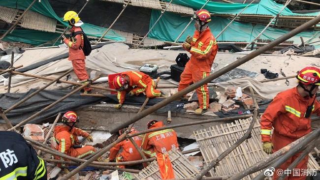Nóng: Sập đại lý Mercedes-Benz ở Trung Quốc, nhiều người bị chôn vùi trong đống đổ nát - Ảnh 6.