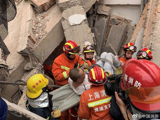 Nóng: Sập đại lý Mercedes-Benz ở Trung Quốc, nhiều người bị chôn vùi trong đống đổ nát - Ảnh 5.