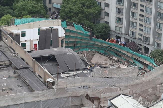 Nóng: Sập đại lý Mercedes-Benz ở Trung Quốc, nhiều người bị chôn vùi trong đống đổ nát - Ảnh 4.