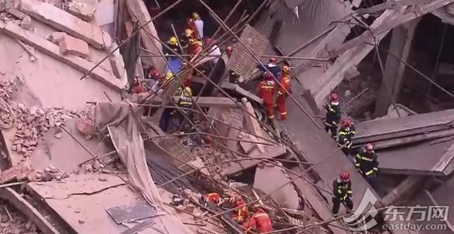 Nóng: Sập đại lý Mercedes-Benz ở Trung Quốc, nhiều người bị chôn vùi trong đống đổ nát - Ảnh 3.