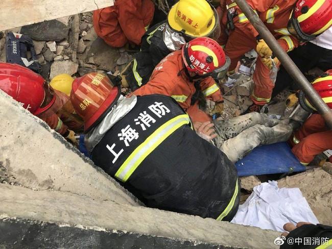 Nóng: Sập đại lý Mercedes-Benz ở Trung Quốc, nhiều người bị chôn vùi trong đống đổ nát - Ảnh 2.