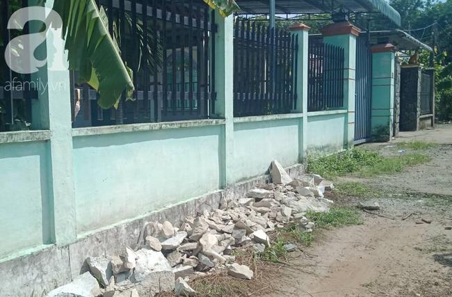 Ngoài hàng rào ngôi nhà xảy ra sự việc.
