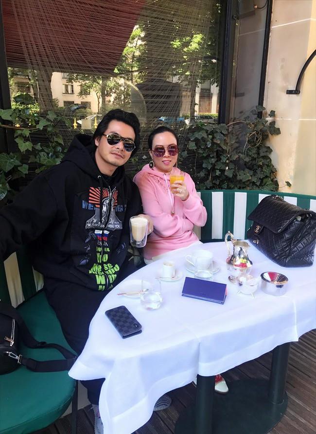 Sang Pháp du lịch, ở khách sạn hạng sang nhưng Quách Ngọc Ngoan và vợ đại gia lại mê mệt món ăn bình dân này - Ảnh 1.