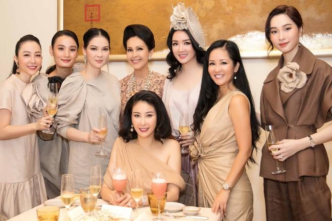 Dàn người đẹp đình đám tụ hội trong bức hình mừng sinh nhật HH Hà Kiều Anh nhưng ai ngờ bị chặt đẹp bởi cô gái này - Ảnh 1.