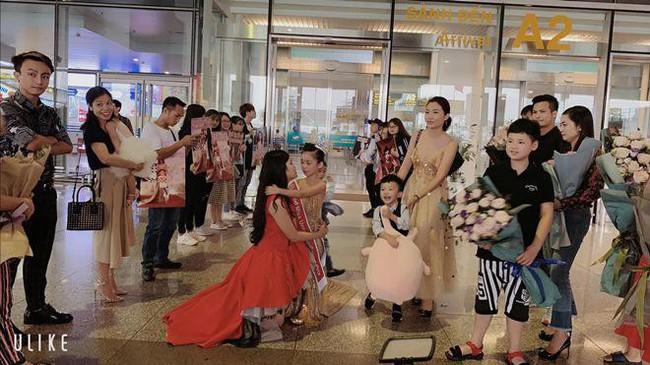 Hoa hậu hoàn vũ nhí 2019 được đón bằng xe sang dát vàng khi trở về Việt Nam - Ảnh 2.
