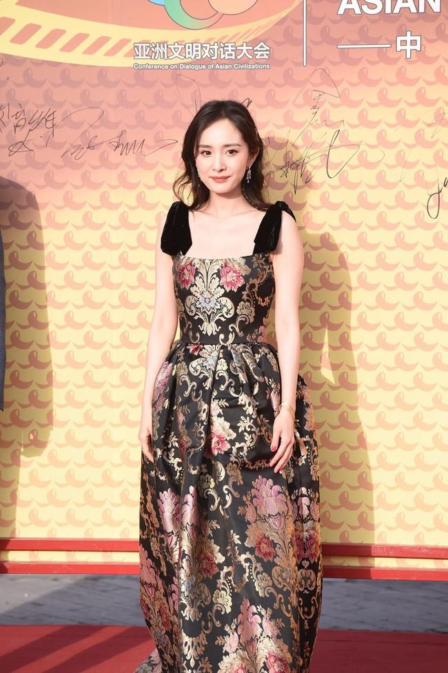 Mặc váy sang chảnh nhưng lại đi giày bệt, Dương Mịch bị chê bai làm màu để gây sự chú ý - Ảnh 1.