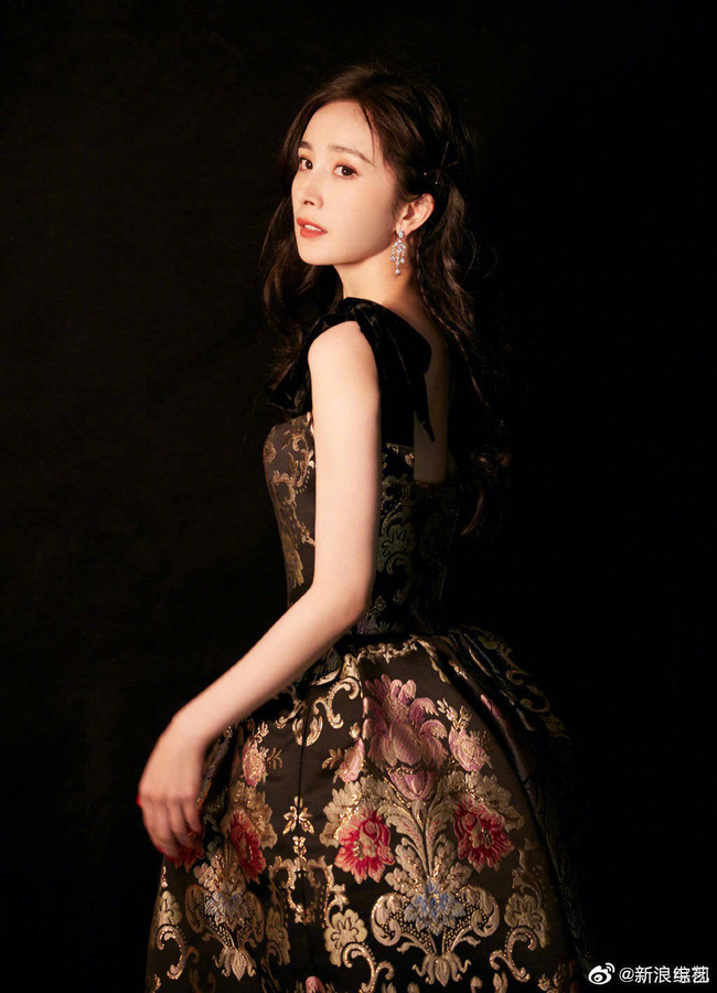 Mặc váy sang chảnh nhưng lại đi giày bệt, Dương Mịch bị chê bai làm màu để gây sự chú ý - Ảnh 4.