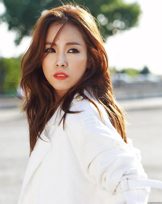Tình ái rắc rối của So Ji Sub: Công khai với mỹ nhân kém 17 tuổi nhưng dính tin hẹn hò Son Ye Jin và toàn minh tinh - Ảnh 5.