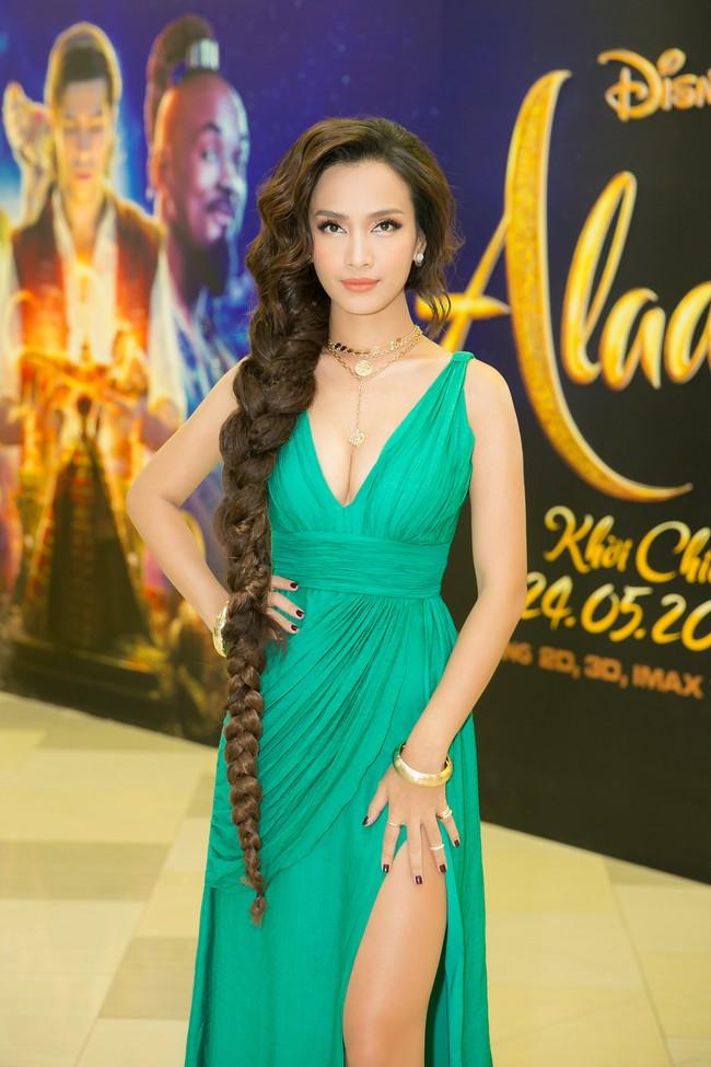 Ái Phương hóa công chúa ma mị, gây choáng với mái tóc dài gần đến gối - Ảnh 1.