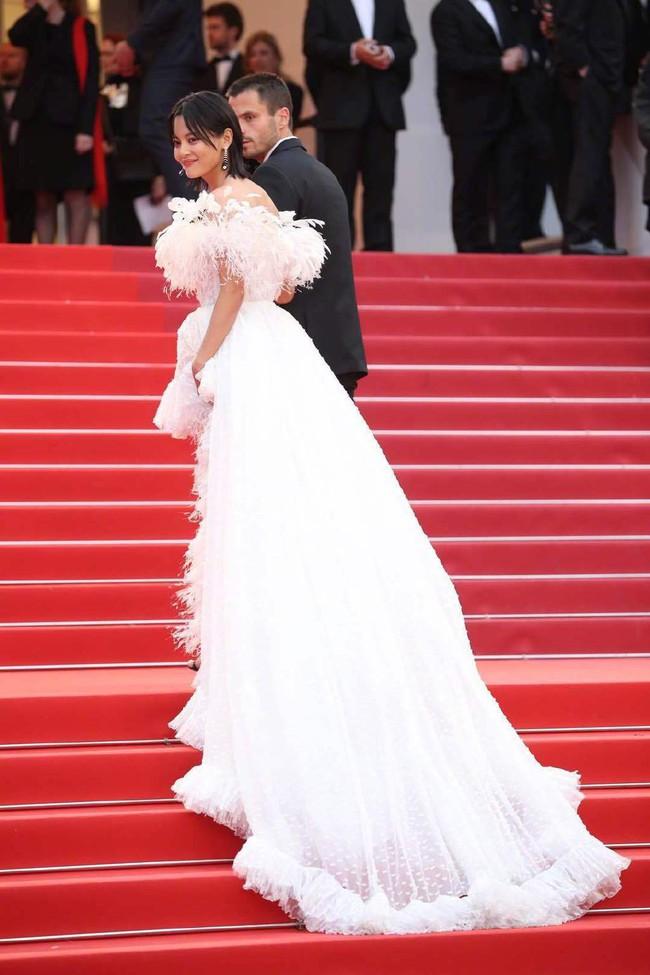 Ngộp thở với các  màn khoe ngực táo bạo tại Cannes ngày 4: Mỹ nhân Như Ý Truyện khoe sắc với váy xẻ cũng vẫn chào thua siêu mẫu thả rông vòng 1  - Ảnh 1.