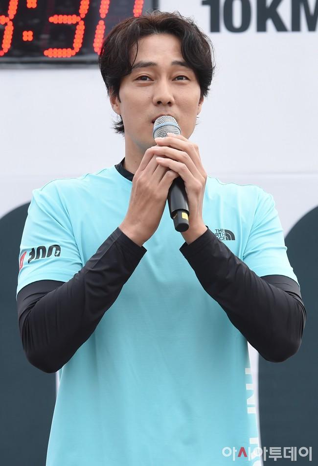 So Ji Sub lần đầu xuất hiện sau khi xác nhận hẹn hò, biểu cảm vui phơi phới của quý ông có người yêu khiến ai cũng ghen tị  - Ảnh 1.