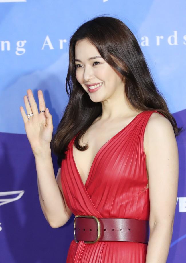 Địch Lệ Nhiệt Ba rất xinh, nhưng tiếc là phải chịu lép vế trước Hoa hậu Hàn đẹp nhất Thế giới khi diện chung đầm hiệu - Ảnh 3.