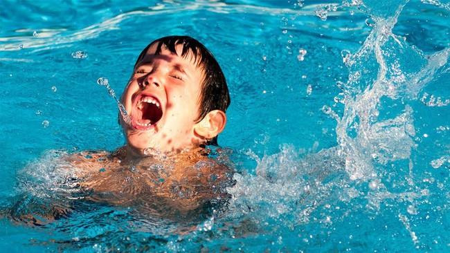 Đã có không ít ca đuối nước thương tâm: Đây là những gì cần làm để tránh tai nạn đuối nước khi cho trẻ đi bơi - Ảnh 1.