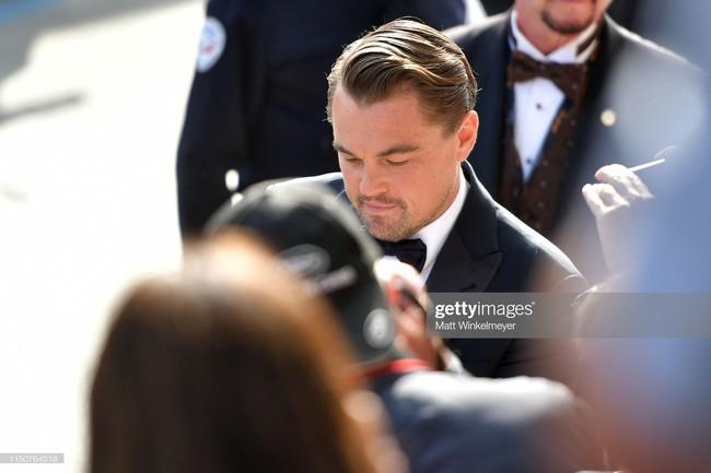 Brad Pitt và Leonardo trên thảm đỏ Cannes: Thời gian dẫu lấy đi cặp mỹ nam tuổi đôi mươi nhưng vẫn giữ lại cho ta hai gã lãng tử bậc nhất Hollywood - Ảnh 13.