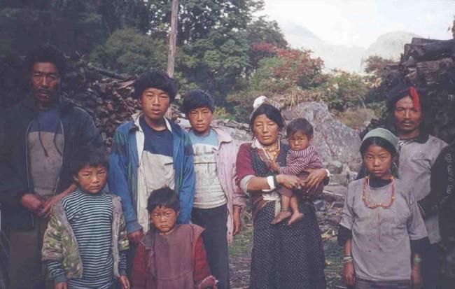 Hôn nhân ở vùng đất lạ kỳ nhất thế giới: Một chị vợ 5-7 anh chồng, chuyện ái ân phải xếp lịch chia ca để công bằng cho tất cả - Ảnh 6.