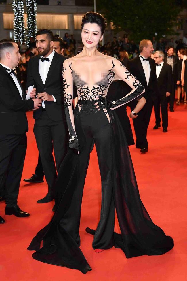 Nhìn lại tuyển tập trang phục trắc nết nhất Cannes, cuối cùng cũng tìm ra đối thủ xứng tầm với Ngọc Trinh - Ảnh 3.