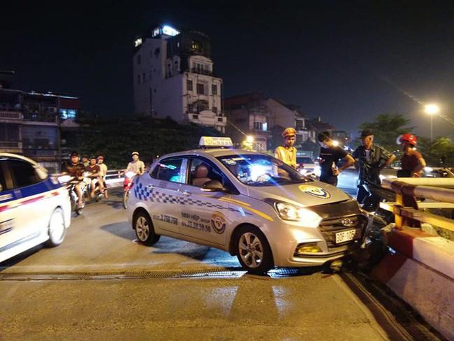 Hà Nội: Nam tài xế ngủ gật, xe taxi đâm vào thành cầu Chương Dương - Ảnh 2.