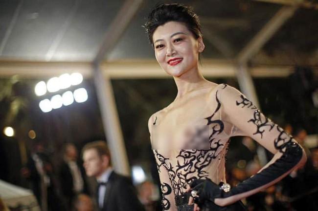 Nhìn lại tuyển tập trang phục trắc nết nhất Cannes, cuối cùng cũng tìm ra đối thủ xứng tầm với Ngọc Trinh - Ảnh 4.