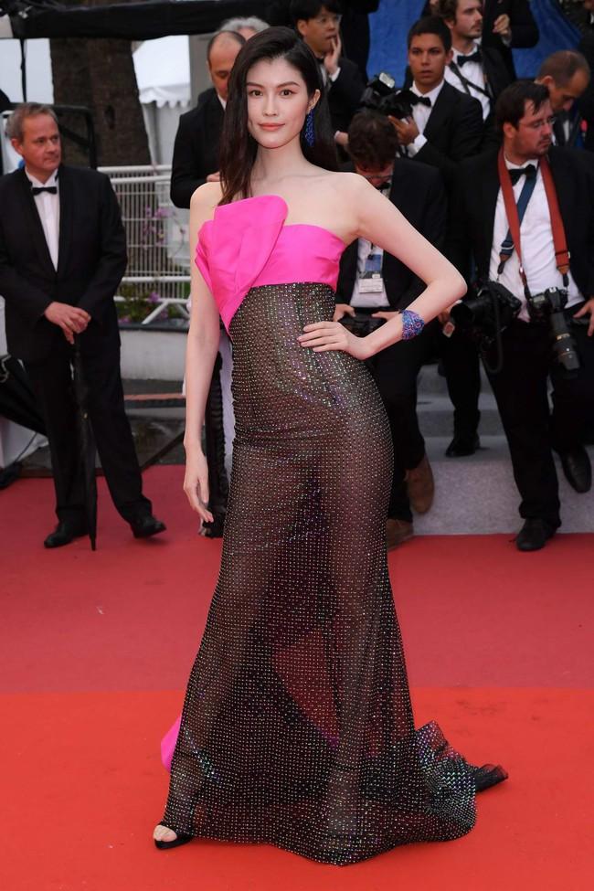Nhìn lại tuyển tập trang phục trắc nết nhất Cannes, cuối cùng cũng tìm ra đối thủ xứng tầm với Ngọc Trinh - Ảnh 9.