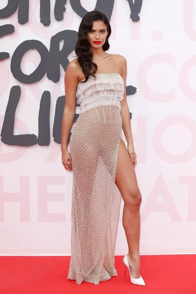 Nhìn lại tuyển tập trang phục trắc nết nhất Cannes, cuối cùng cũng tìm ra đối thủ xứng tầm với Ngọc Trinh - Ảnh 10.