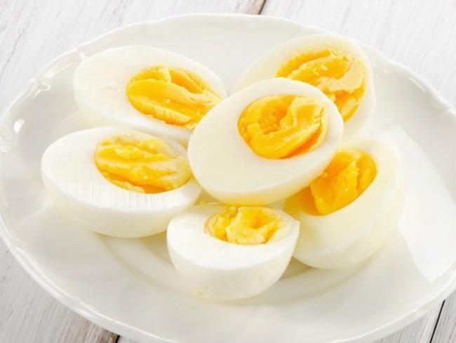 Bé 4 tuổi tử vong vì bà nội cho ăn trứng theo cách nhiều người đang rất thích - Ảnh 3.