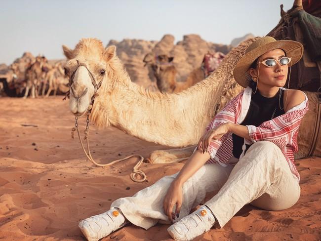 Mẹ 1 con xinh đẹp chi hàng trăm triệu đến Jordan đọc sách giữa Biển Chết, cưỡi lạc đà sa mạc - Ảnh 2.